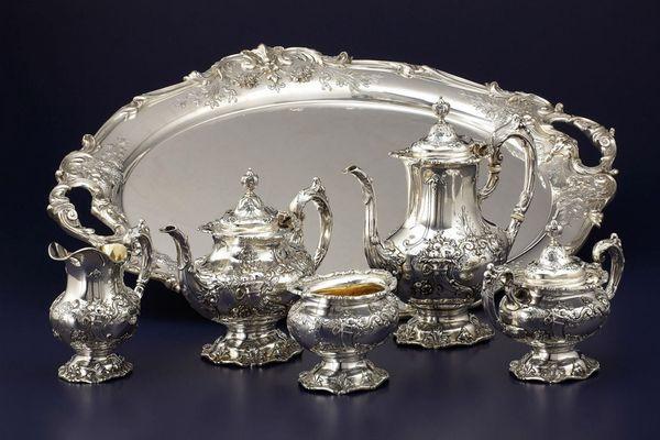 Принято дарить супругам и столовое серебро