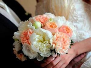 Свадебный букет невесты из разноцветных пионов