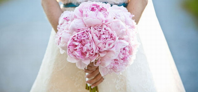 Невеста с букетом из пионов