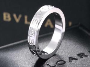 Стильное обручальное кольцо Булгари с выгравированным названием фирмы