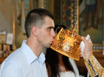 Новобрачный целует образ Спасителя на венце