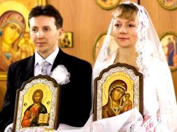 Новобрачные в церкви во время обряда