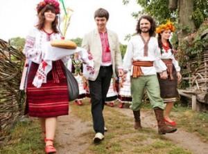 Традиционное сватовство : жених идет к невесте