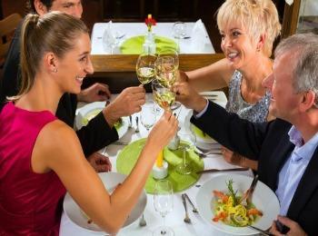 За праздничным стоолом после сватовства молодые и родители