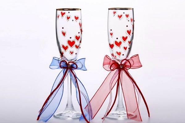 Сердечки нарисованные краской на фужерах
