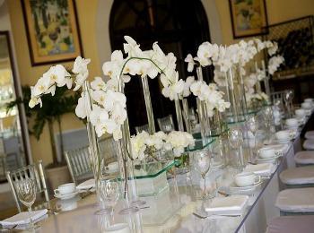 Элегантный декор из белых орхидей