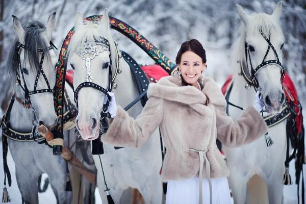 Невеста на снегу с тройкой лошадей