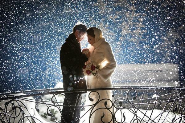 Жених и невеста на снежном фоне
