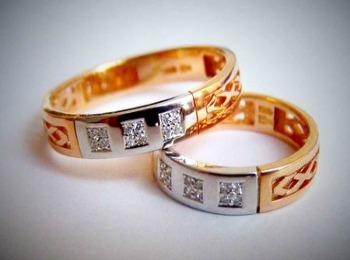 Свадебный атрибут с резным узором и камнями