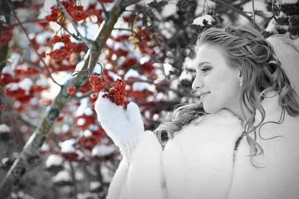 Черно-белая фотография невесты с гроздью рябины