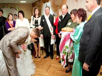 Жених и невеста кланяются в пояс