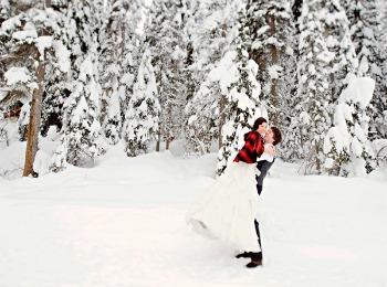 Жених и невеста в заснеженном лесу