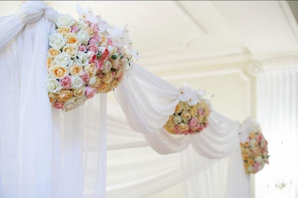 Драпировка свадебной арки тканью