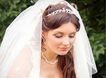 Невеста с короткой фатой на длинных волосах