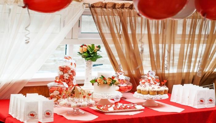 Свадебный зал украшенный сердцами и цветами в красно-белых тонах