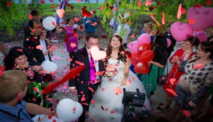 На таких свадьбах приветствуется много сердечек и ярких шариков