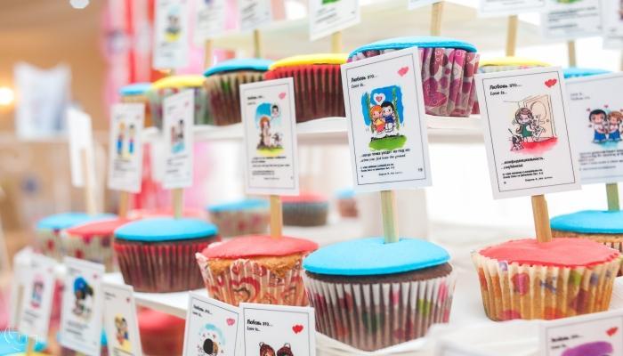 Разноцветные кексы с прикрепленными фантиками из-под знаменитых романтичных жвачек