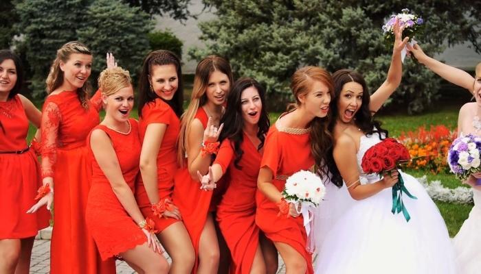 Яркие алые платья подружек невесты в белом без вызывающих вырезов