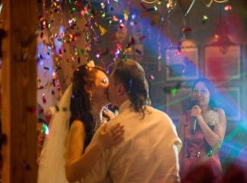 Новобрачные танцуют медленный танец под блестками на тематической свадьбе