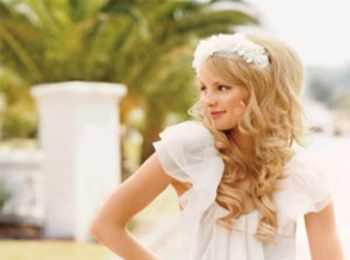 Романтично выглядящая невеста с распущенными объемными волнистыми волосами