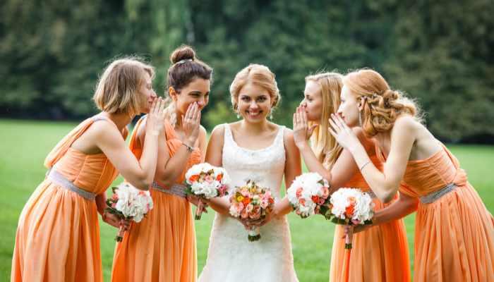 Прелестная невеста в белом и ее подружки в легких оранжевых платьях