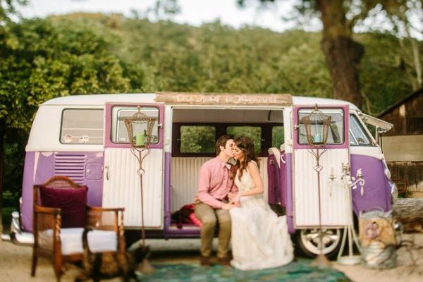 Старый автомобиль в декоре свадьбы на природе