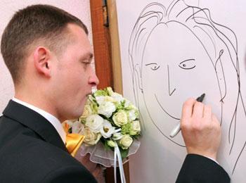 Жених рисует любимую