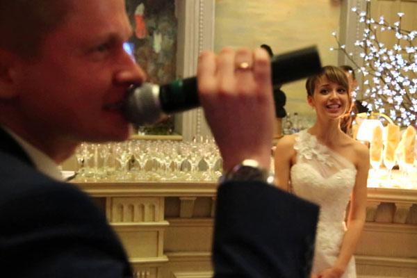 Жених красиво поет песню для невесты