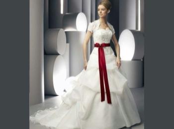 Закрытое белое подвенечное платье с яркой алой лентой на талии