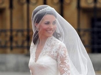 Милая брюнетка в скромном ажурном белом платье и фате