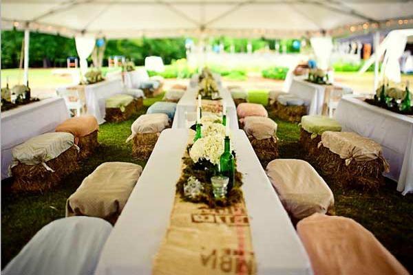 Сидения для гостей из соломы для деревенской свадьбы