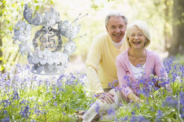 Счастливая семейная пара в годовщину свадьбы