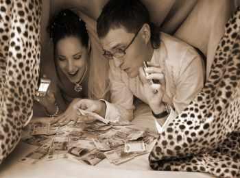 Парочка подсчитывает деньги в тайном месте