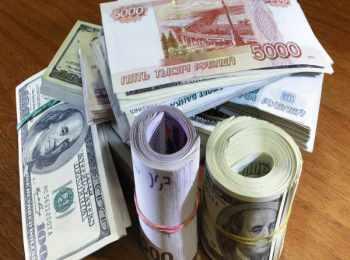 Купюры разной валюты в рулончиках