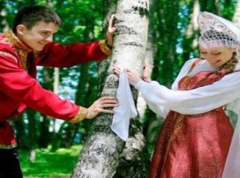 Жених нашел спрятанную за березой невесту