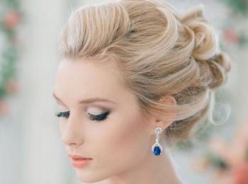 Прелестная светловолосая девушка-невеста в портретном виде