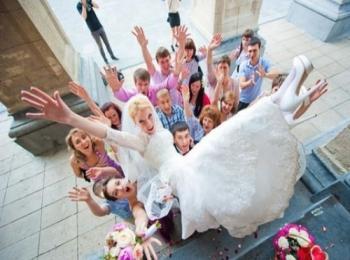 Радостная семья после признания в любви от жениха и поднятия невесты на руки