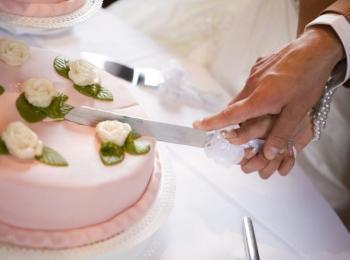 Молодые разрезают одним ножом торт после сватовства