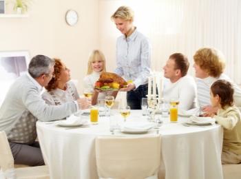 Семейный ужин с приготовленными невестой блюдами для улучшения отношений в семье