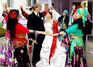 Встреча жениха и невесты на обряде выкупа