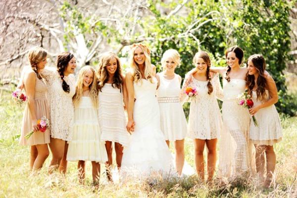 Невеста с подружками на полянке, наряженные в стиле бохо