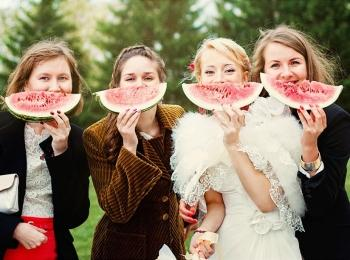 Невеста и подруги кушают арбуз после произнесения тостов