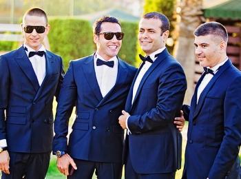 Жених с друзьями на свадьбе в синих классических костюмах