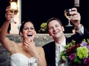 Жених и невеста слушают прикольный тост