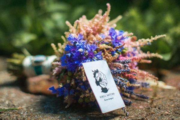 Нежный и максимально естественный васильковый букет для невесты