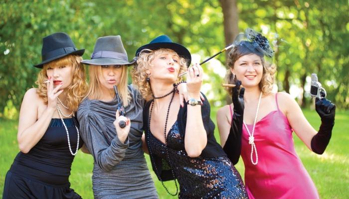 Варианты костюмов для гостей женщин