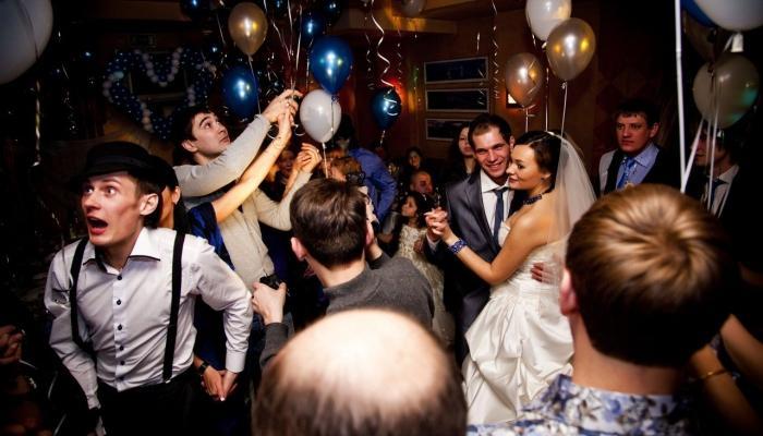 Фото с банкета в стиле Чикаго на свадьбе - все украшено шарами