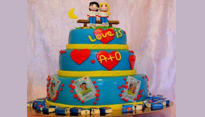 Яркий голубой торт в три яруса с романтичными фигурками и любовными надписями