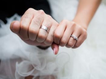 Мужской и женский кулачки с кольцами