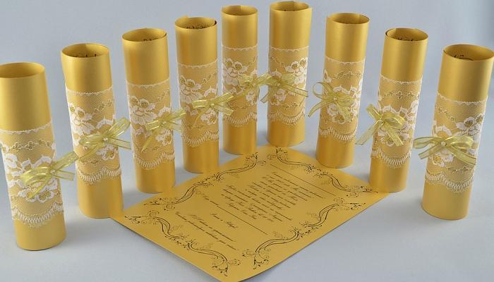 Золотисто-желтые пригласительные свитки с напечатанным текстом и кружевом